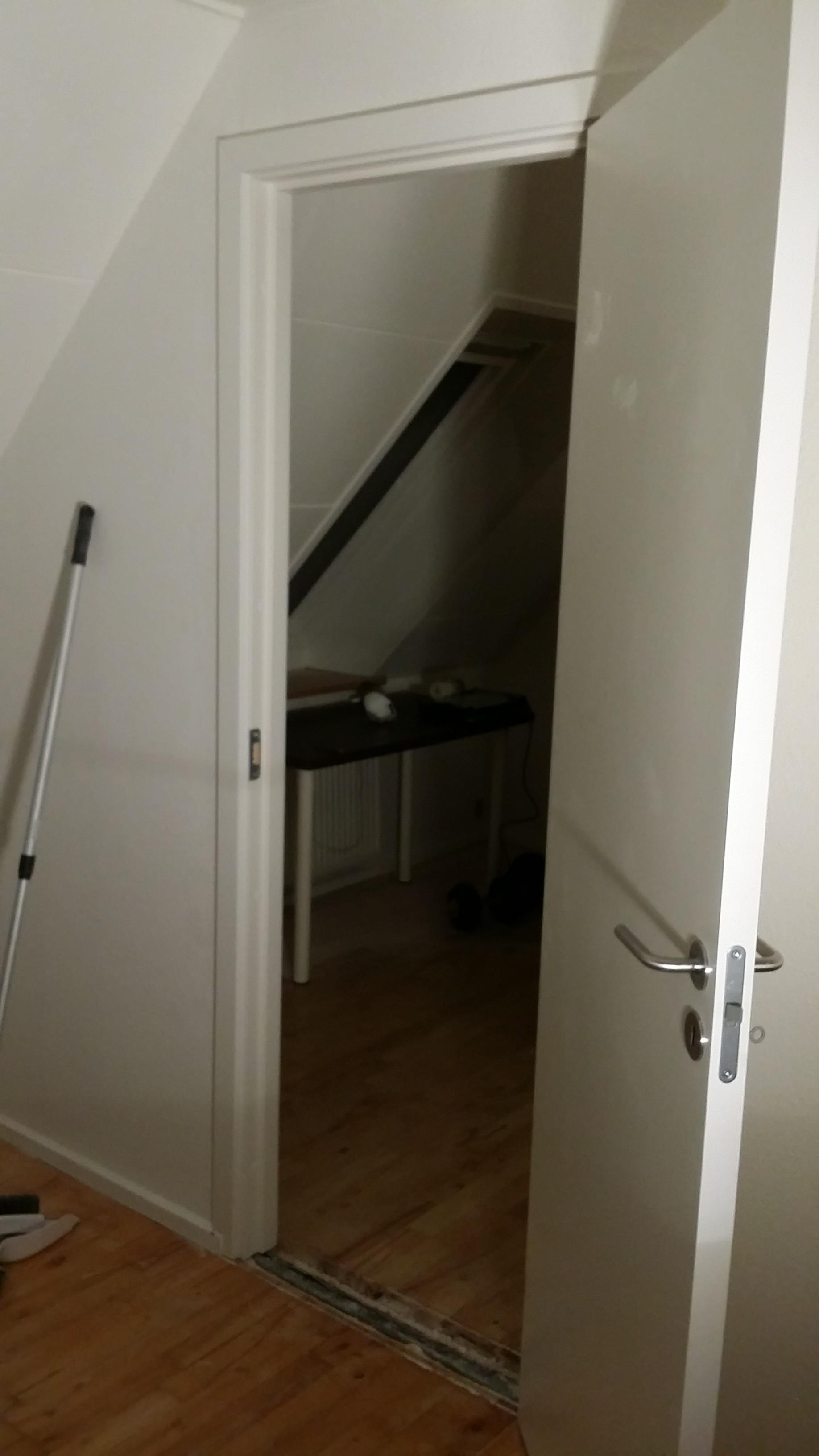 Isætning af dør mellem 2 værelser i bofællesskab ved Skanderborg.